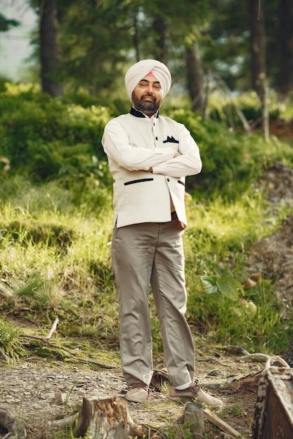 Homem indiano nas montanhas. macho em um turbante tradicional. hinduísta. Foto gratuita