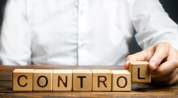 Homem inventa a palavra controles. conceito de gerenciamento de negócios e processos Foto Premium