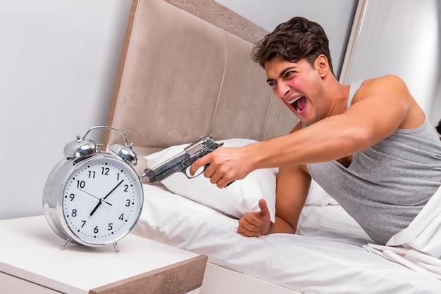Homem irritado com arma e relógio Foto Premium