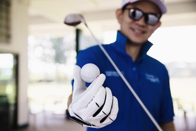 Homem joga a atividade de esporte de golfe ao ar livre - as pessoas no conceito de esporte de golfe Foto gratuita