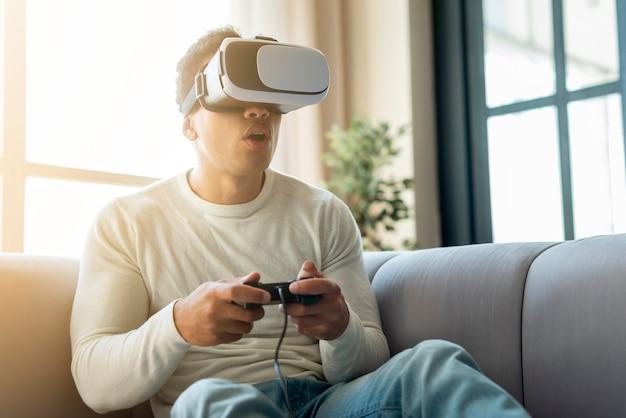 Homem jogando jogos de realidade virtual Foto gratuita