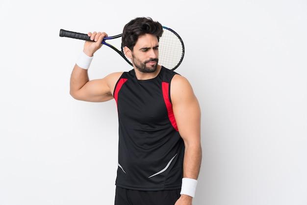 Homem jogando tênis sobre parede isolada Foto Premium