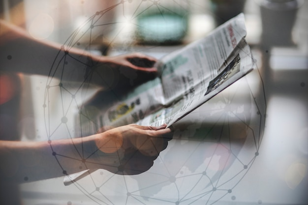 Homem, jornal leitura Foto gratuita