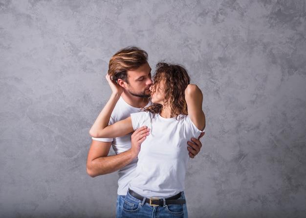 Homem jovem, abraçando, mulher, de, costas Foto gratuita