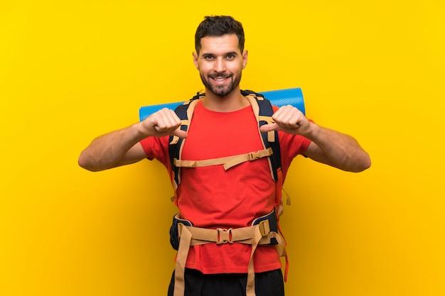 Homem jovem alpinista orgulhoso e satisfeito Foto Premium