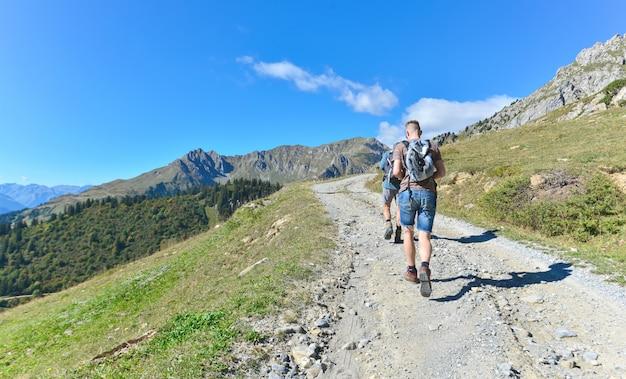 Homem jovem, andar, ligado, um, footpath Foto Premium