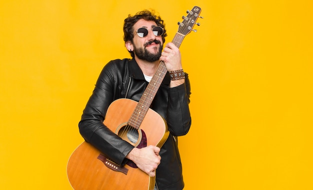 Homem jovem bonito músico Foto Premium