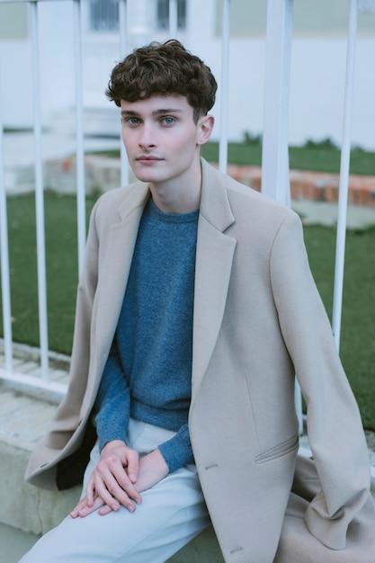 Homem jovem, com, agasalho, ligado, ombros Foto gratuita
