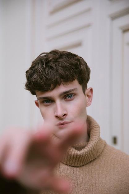 Homem jovem, com, alcançar, mão Foto gratuita