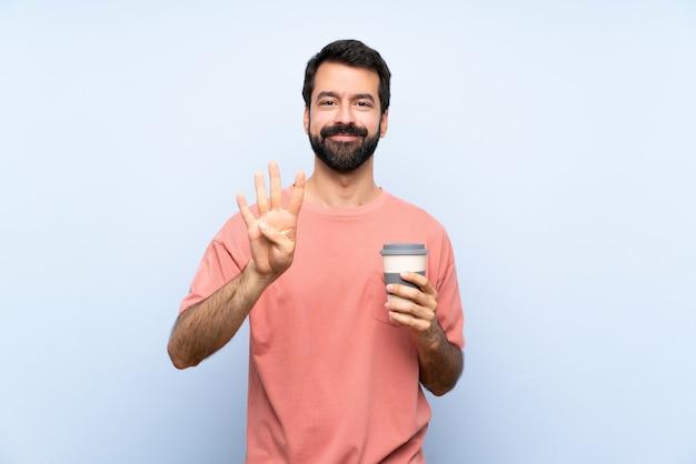 Homem jovem, com, barba, segurando, um, levar, café, ligado, azul, feliz, e, contar, quatro, com, dedos Foto Premium