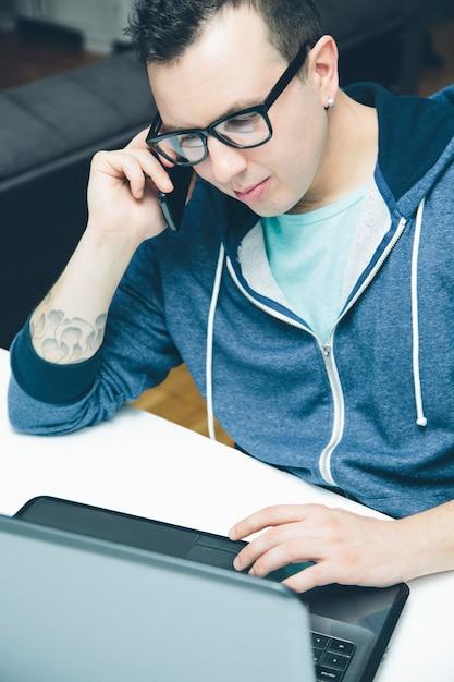 Homem jovem, com, laptop Foto Premium