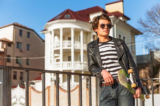 Homem jovem, com, seu, skateboarding, em, a, parque patim Foto gratuita