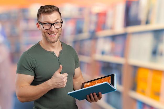 Homem jovem, com, um, livro Foto Premium