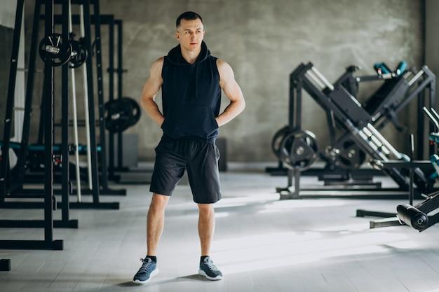 Homem jovem de esportes treinando na academia Foto gratuita