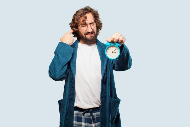 Homem jovem, desgastar, bathrobe, noite, paleto, com, um, despertador Foto Premium