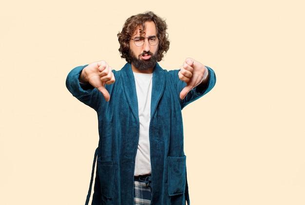 Homem jovem, desgastar, bathrobe, noturna, paleto, zangado, e, triste Foto Premium