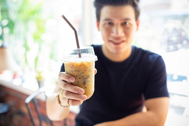 Homem jovem, e, café gelado Foto gratuita