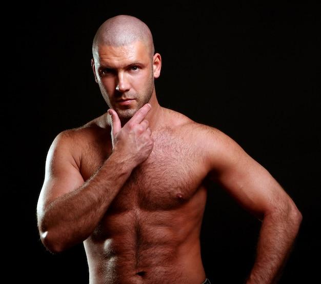 Homem jovem e musculoso em preto Foto gratuita