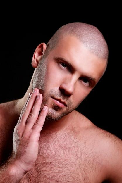 Homem jovem e sexy em preto Foto gratuita