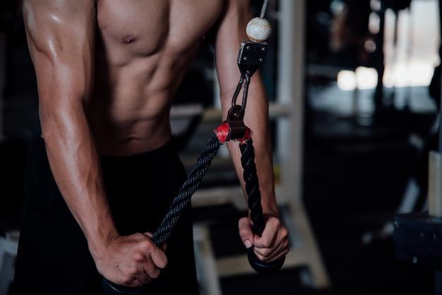 Homem jovem, em, sportswear, um, classe exercício, em, um, ginásio Foto gratuita