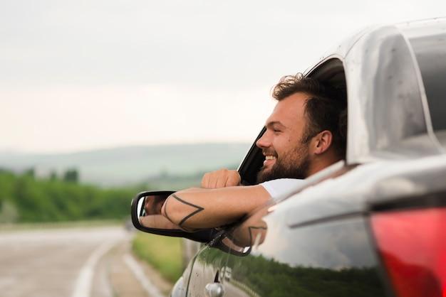 Homem jovem, em, um, viagem estrada Foto gratuita