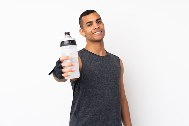 Homem jovem esporte americano africano sobre parede branca isolada com garrafa de água de esportes Foto Premium