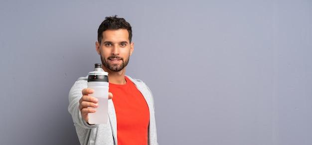 Homem jovem esporte com uma garrafa de água Foto Premium