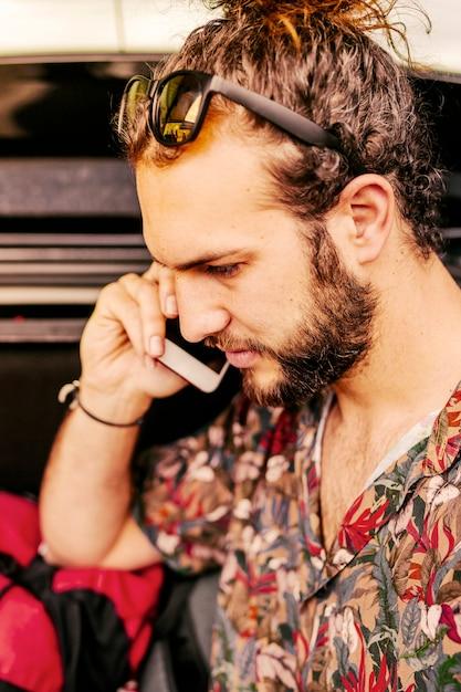 Homem jovem, falando telefone móvel Foto gratuita