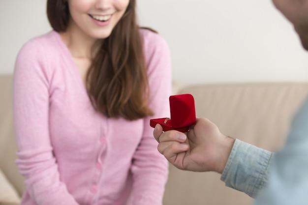 Homem jovem, fazendo, proposta casamento, para, namorada Foto gratuita