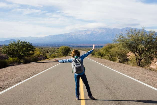 Homem jovem, ficar, ligado, a, rodovia Foto gratuita