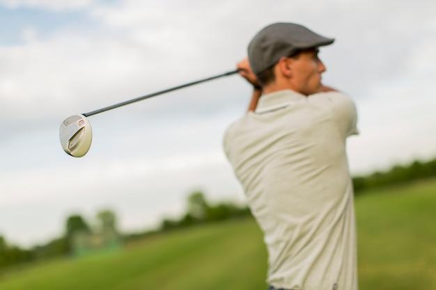 Homem jovem, golfe jogando Foto Premium