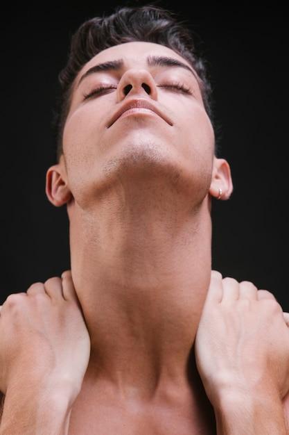 Homem jovem, massageando, pescoço Foto gratuita