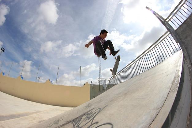 Homem jovem, patinação Foto Premium
