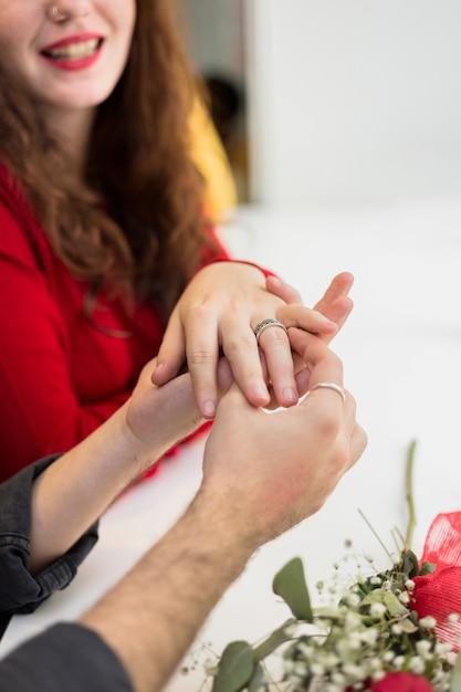 Homem jovem, pôr, aliança casamento, ligado, dedo mulher Foto gratuita
