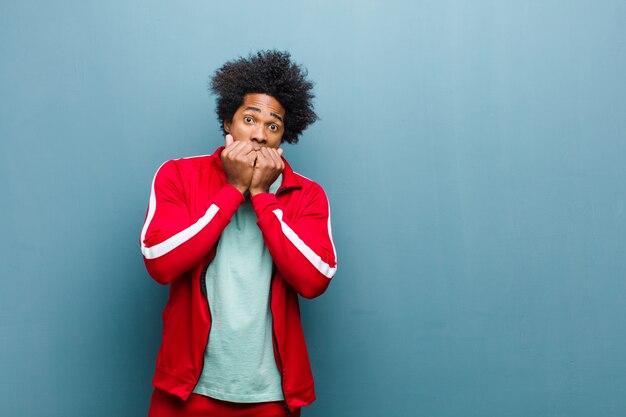 Homem jovem preto esportes olhando preocupado Foto Premium