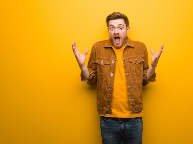 Homem jovem ruiva comemorando uma vitória ou sucesso Foto Premium