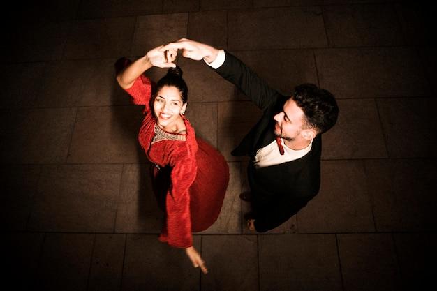 Homem jovem, segurando mão, de, dançar, charming, feliz, mulher Foto gratuita