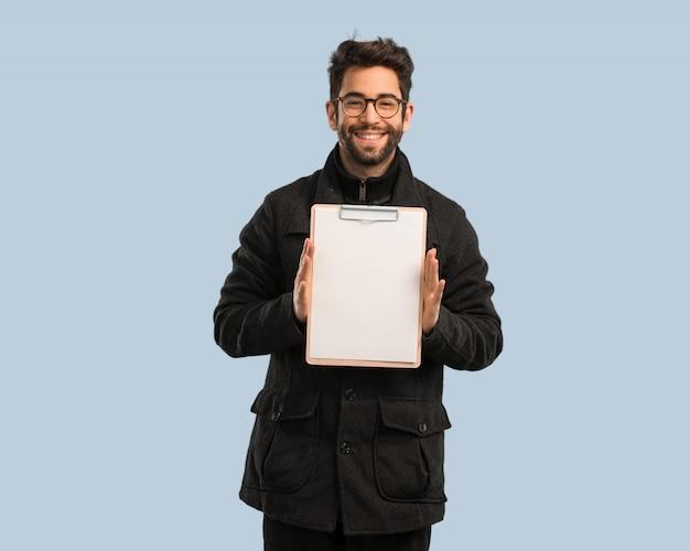 Homem jovem, segurando, um, gabinete arquivo Foto Premium