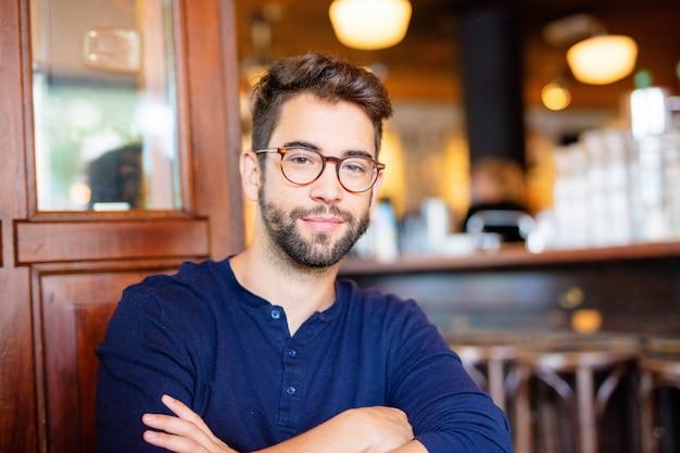 Homem jovem, sentando, barra Foto Premium