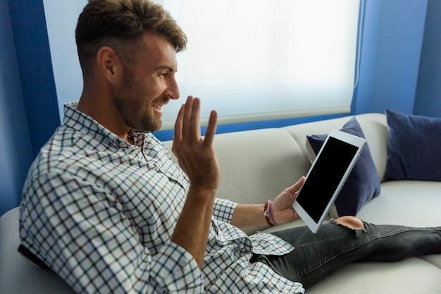 Homem jovem, tendo, um, videoconference Foto gratuita