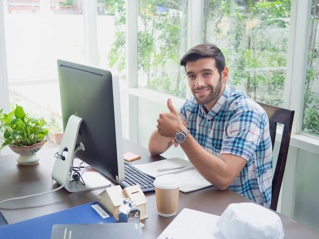 Homem jovem, trabalhando casa, com, batida Foto Premium