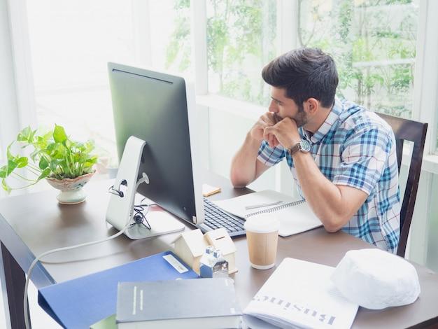 Homem jovem, trabalhando casa, e, pensando, algo Foto Premium