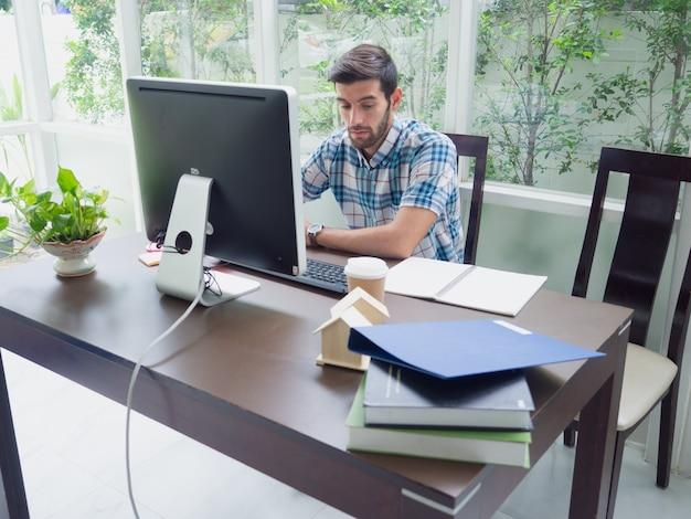Homem jovem, trabalhando casa Foto Premium