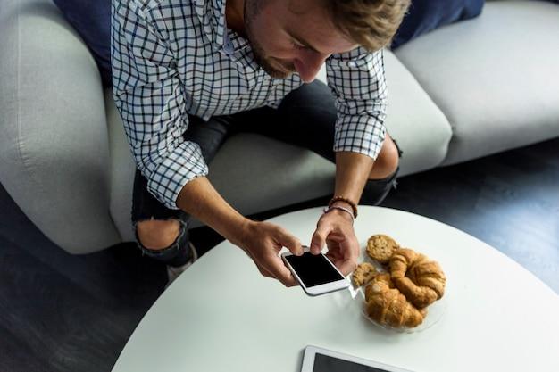 Homem jovem, trabalhando, com, smartphone Foto gratuita