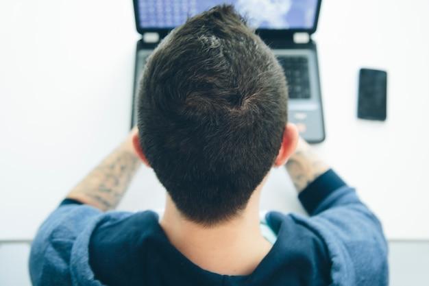 Homem jovem, trabalhando, um, laptop Foto Premium