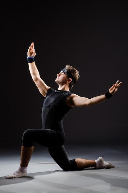 Homem jovem, treinamento, para, balé, danças Foto Premium