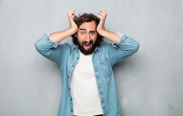 Homem jovem turista gritando com raiva Foto Premium