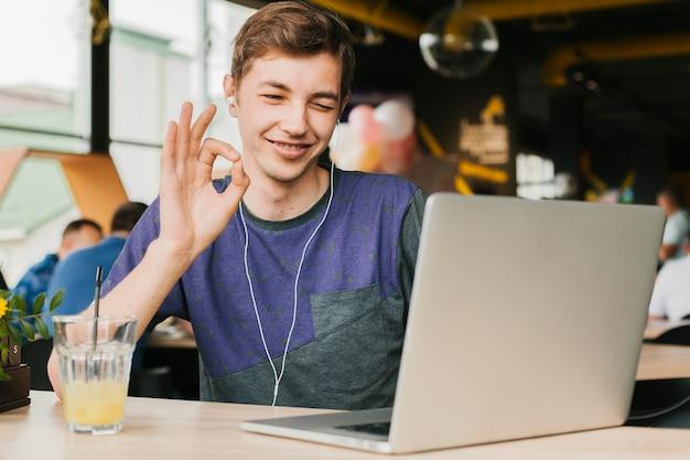 Homem jovem, videocall, ligado, laptop Foto gratuita