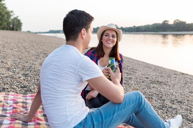 Homem lateral brindando com sua namorada Foto gratuita