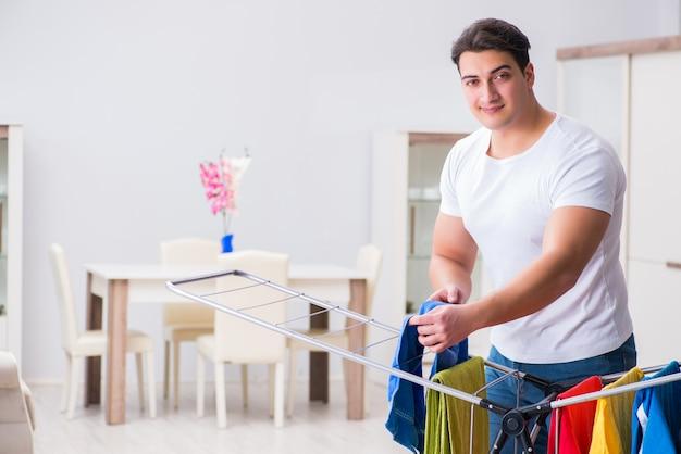 Homem lavando roupa em casa Foto Premium